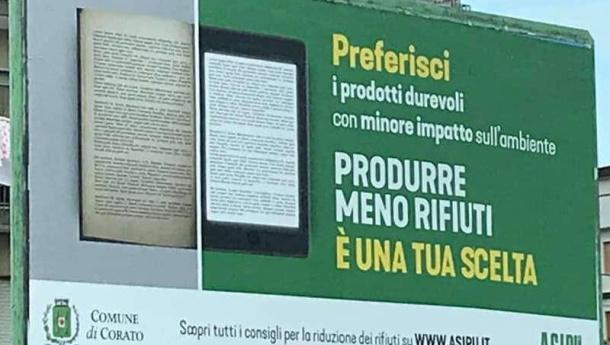 Immagine: A Corato il manifesto di Asipu che preferisce un tablet a un libro perché avrebbe un 'minore impatto sull'ambiente'