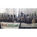 Immagine: Torino: continua la mobilitazione degli operatori del Barattolo contro lo spostamento dell'area di libero scambio | VIDEO